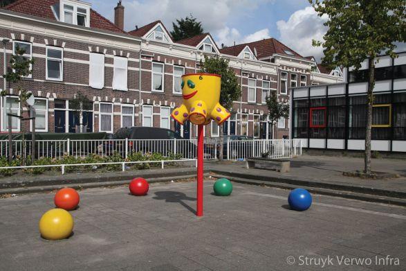 Kleurrijke sierbollen op schoolplein|betonnen bollen