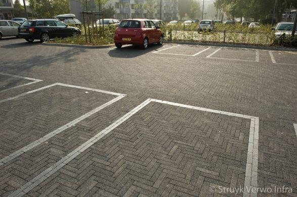 Belijning parkeervakken met geslepen bestrating|inrichting parkeerterrein