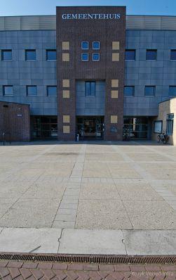 Groot formaat stenen geslepen grijs in vakken op plein gemeentehuis