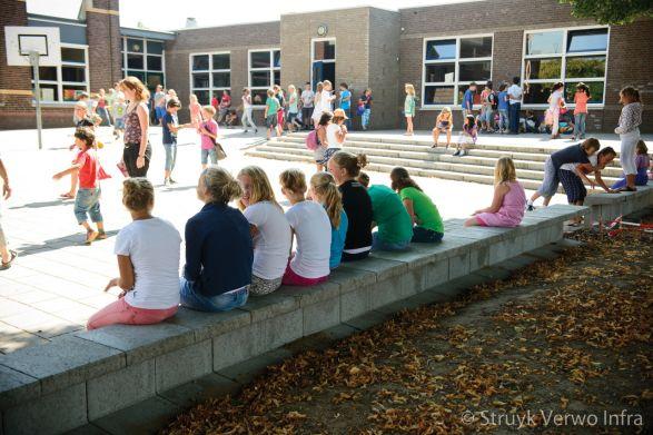 Zitranden op schoolplein|keerelement beton