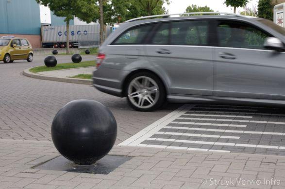 Anti parkeer met een betonnen sierbol|betonnen bol