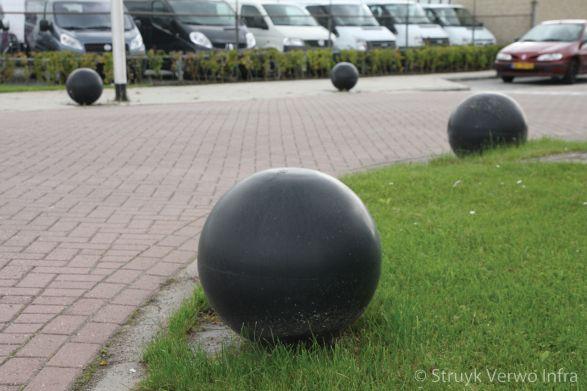 Sierbollen als anti parkeermaatregel in Leerdam|afzetelement beton