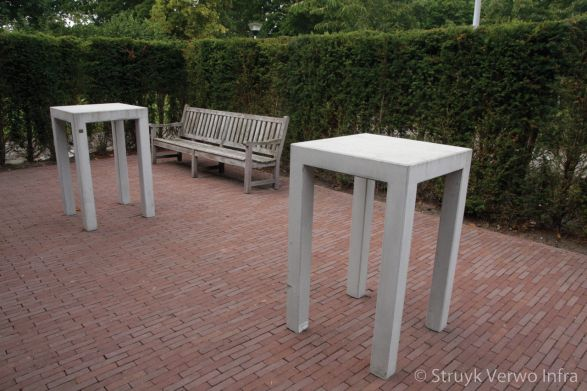 Hoge tafel van beton om aan te staan