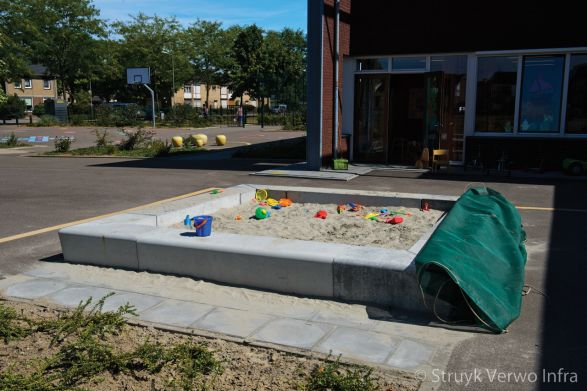 Zandbak omgeven door zitranden van beton|zandbak beton