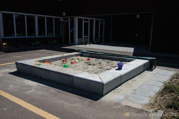 Zandbak met zitrand|omranding zandbak