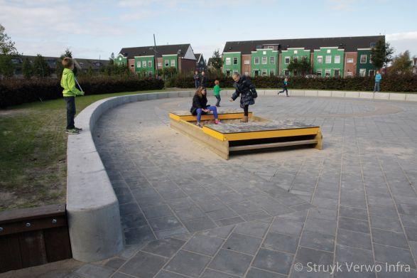 Park Saendelft|betonnen tribune element|parkband|betonnen zitelement op schoolplein|zitranden beton