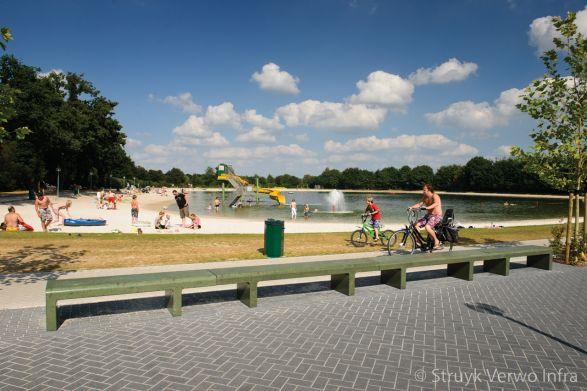 Zitbank groen gecoat bij recreatiepark|parkbank|buitenmeubilair beton
