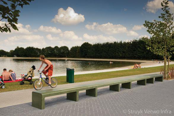 Zitelementen van beton in recreatiepark
