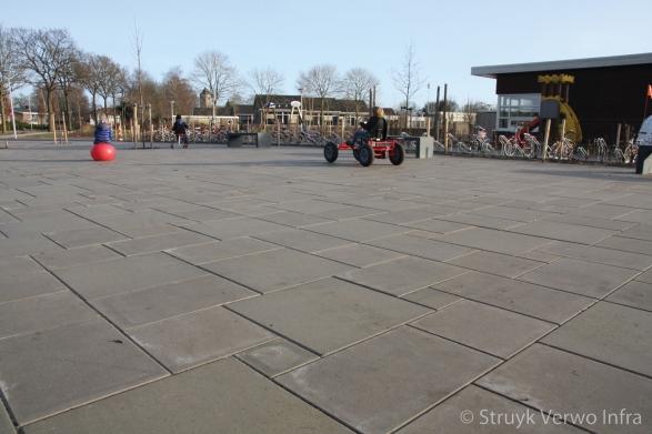 Zitbank van beton op schoolplein parkbank buitenmeubilair beton