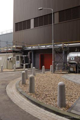 Betonnen afzetpalen op fabrieksterrein