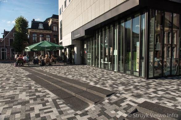 Traptreden uitgewassen zwart tussen mixbestrating|traptrede beton|bloktrede beton