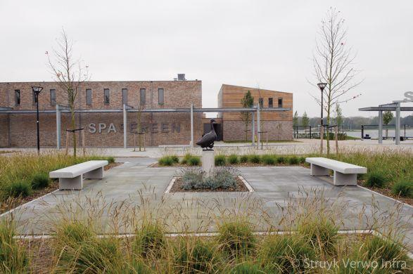 Betonnen bank op terrein voor SpaSereen|parkmeubilair beton