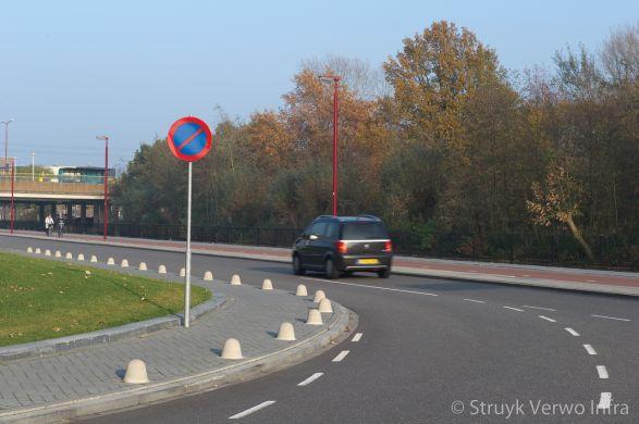 Anti parkeerpaal op trottoir langs rijweg|betonnen paaltje