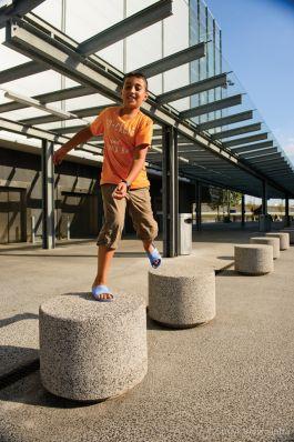Lavaro sierpoef rond 60cm hoog 45cm wit 705, lavaro wit/zwart 705 met spelend kind