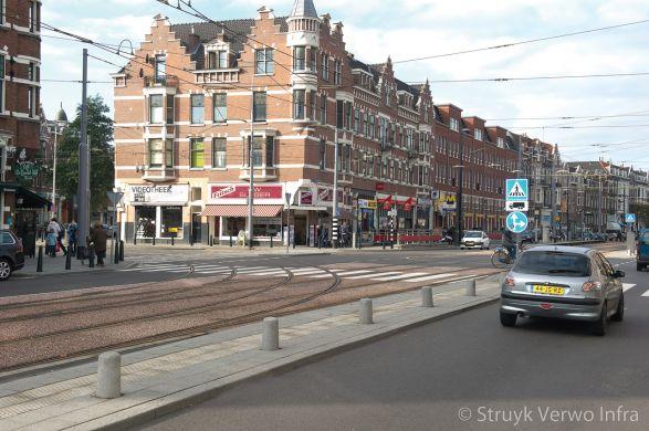 Markeren van betonnen palen langs trambaan in Rotterdam|afzetpaal beton|lage betonpaal