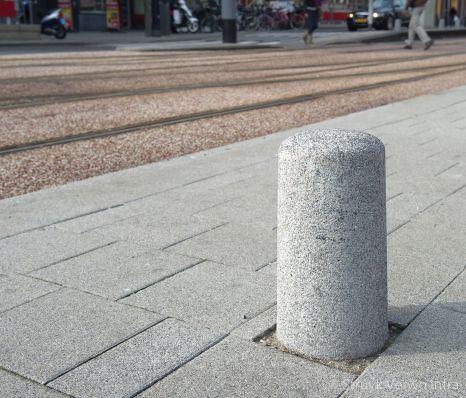 Gewassen sierpaal in de kleur grijs|antiparkeerelement beton