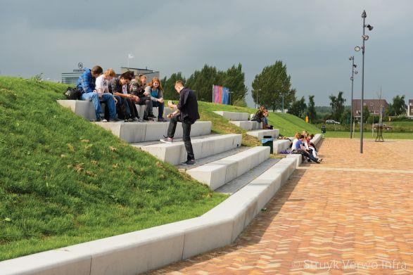Tribune uit betonnen zitelementen|Terreininrichting VMBO school Groningen