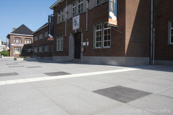 Groot formaat stenen op schoolplein