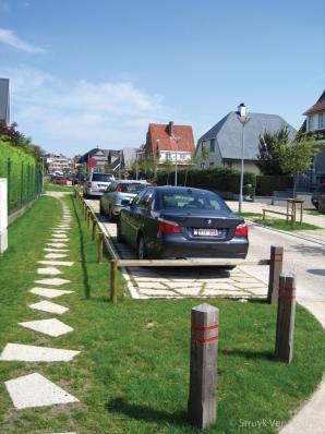 Stapstenen van beton in grasveld|parkstenen