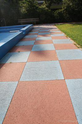 Oranje en blauwe stenen 60x60 rondom speelvijver