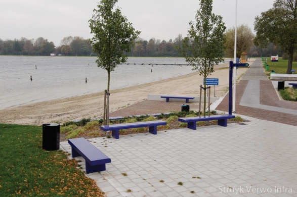 Betonnen bank in recreatiegebied