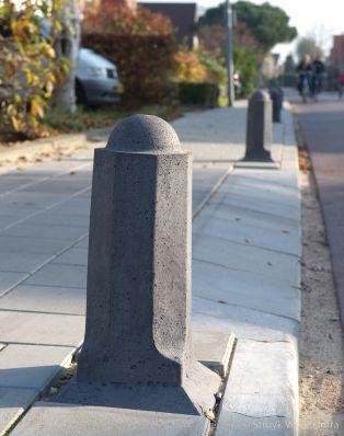 anti parkeerpaal beton op de stoep|afzetpaal
