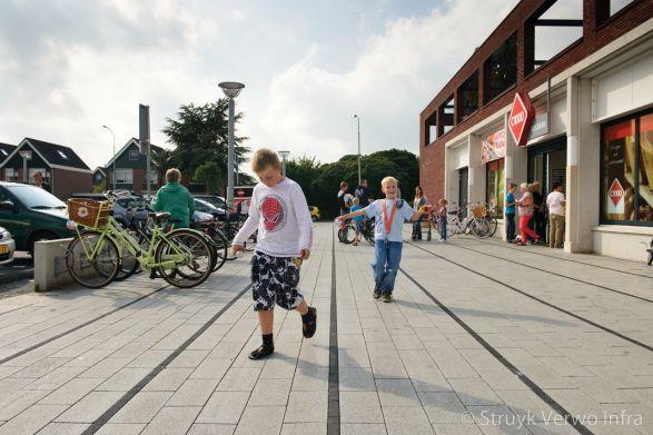 Strokenbestrating in winkelcentrum|geslepen betonstraatstenen