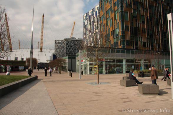 Combinatie van gewassen en geslepen bestrating|Greenwich Peninsula in Londen
