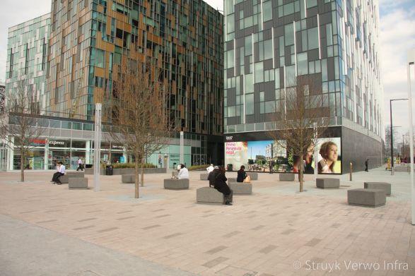 Greenwich Peninsula in Londen|Combinatie van gewassen en geslepen bestrating