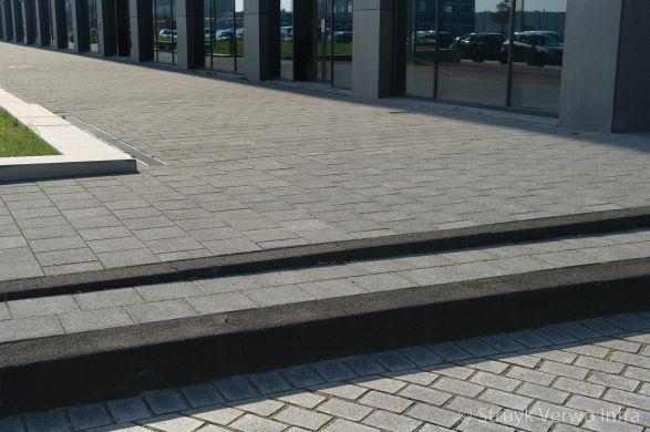 Uitgewassen stoeptegels|Aanleg Displaystraat Amsterdam|winkelcentrum|breccia antracite 620
