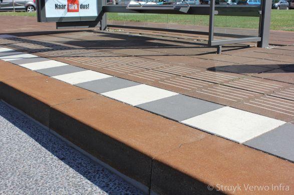 Brede trottoirband met roestig uiterlijk voor halteplaats
