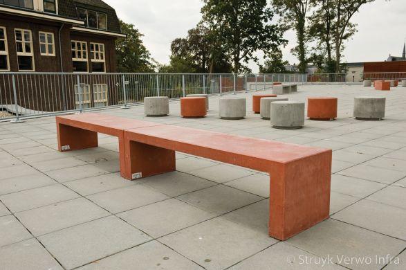 Betonnen zitelementen en sierpoefs op schoolplein|poef beton|gekleurde betonnen poef