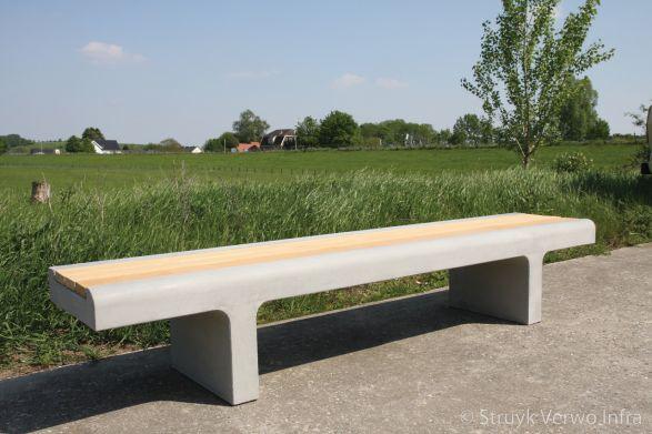 Betonnen bank met houten zitting|parkbank beton|parkmeubilair beton en hout