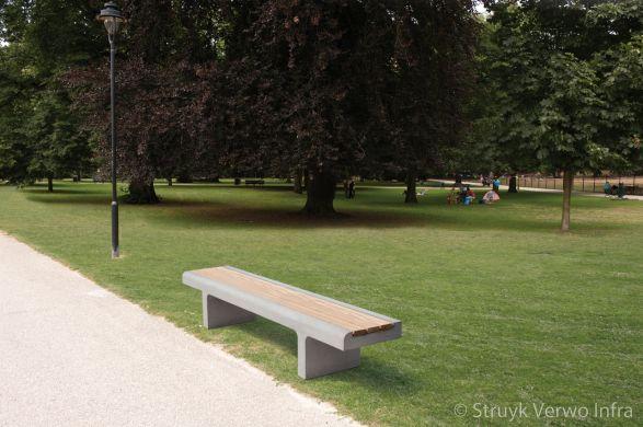 Zitbank met zitting van FSC hardhout in park|onderhoudsvrij straatmeubilair