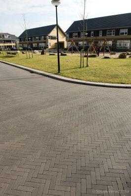 Dikformaat stenen bruin|Transformatorhof Apeldoorn|kleurvaste betonklinkers