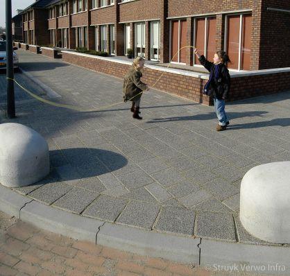 Betonnen blokken op de stoep als antiparkeermaatregel