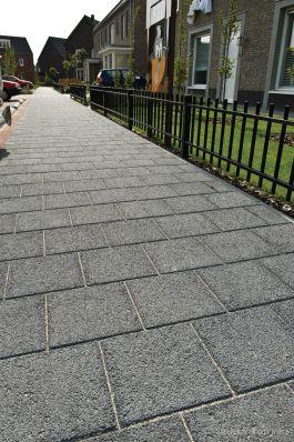 trottoir met structuurtegels|halfsteensverband 30x30|Woonwijk De Afhang