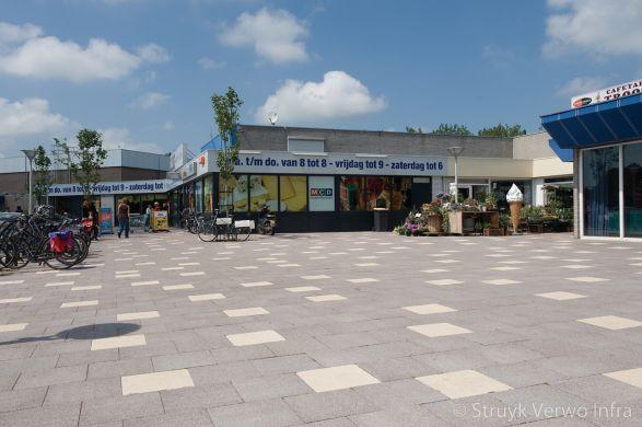 Grootformaat steen in winkelcentrum|Kleurvaste betonklinkers|bestrating winkelplein