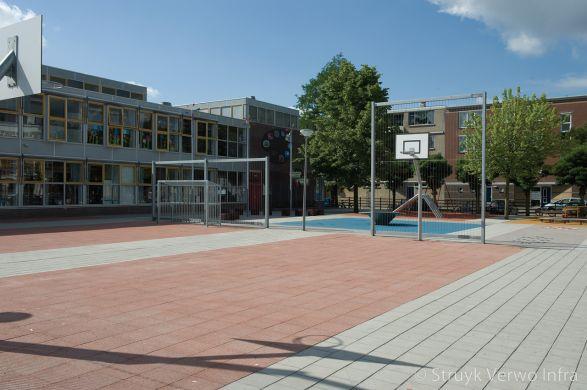 Inrichting schoolplein met diverse kleuren bestrating|basketbalveld op schoolplein