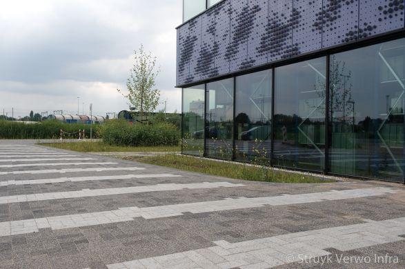 Vlakken grijs in bestrating Scienncepark Amsterdam|kleurvaste betonstraatsteen|elementenverharding