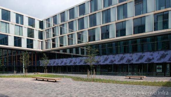 Diverse grijstinten in bestrating schoolplein Sciencepark Amsterdam