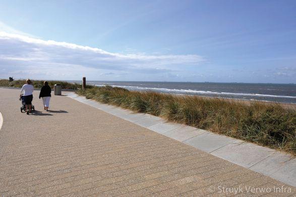 Bestrating langs het strand|bestrating strandpromenade|uitgewassen trottoirtegels
