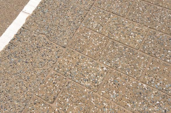 Bestrating met parelmoer en grove natuursteenfracties