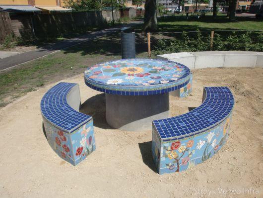 Ronde tafel met banken van beton in mozaïek uitgevoerd