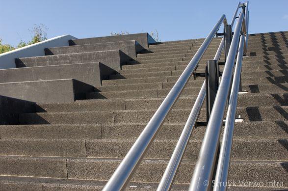 Trappartij met metalen leuning|bloktrede beton|trapelementen beton