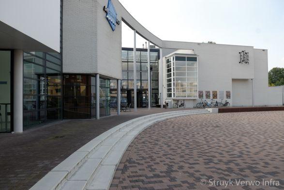 Bruine gewassen bestrating met zwarte acccenten op plein gemeentehuis Goor|lavaro betonstraatsteen