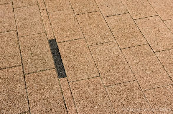 Smalle bies in straatwerk|strooisteen|kleurvaste betonstraatsteen