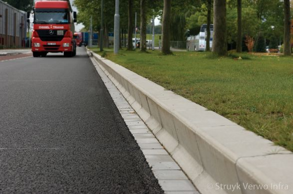 Amstelband langs groenstrook|betonnen verkeersgeleidebanden|Kamerling Onnesweg Dordrecht