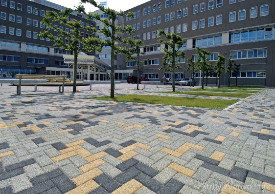 Lavaro|uitgewassen bestrating|diverse kleuren|entree Beatrix Ziekenhuis in Gorinchem|lavaro zwart, geel en groen