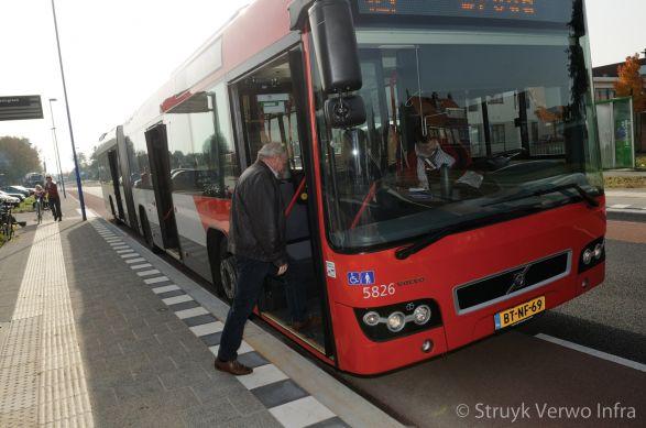 Bushalteband|HOV-band|bushalteband|noppentegel bij bushalte